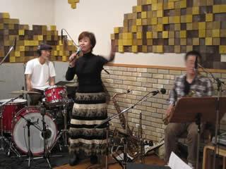 左からドラム・上野義雄、純子さん、サックス・園山光博