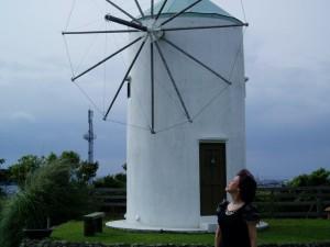 「風のアトリエ」風車の前で。