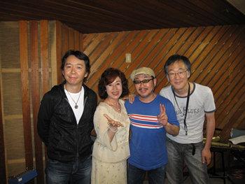 左から、作曲家でアレンジャーの都志見さん、純子さん、ギタリスト石井さん、サックス園山さんです。
