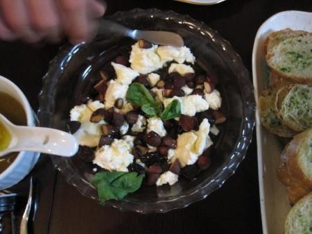 から揚げにしたアーモンドと枝つき乾し葡萄、クリームチーズに蜂蜜をとろ~りとかけたオードブル